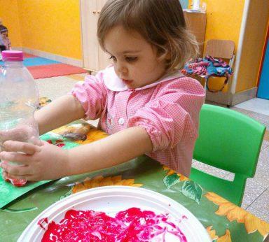 bambina della scuola dell'infanzia durante un laboratorio del colore